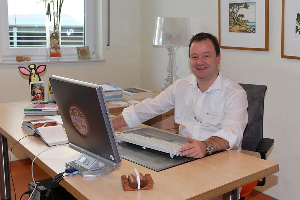 Urologe Dr. Krusel, Schreibtisch